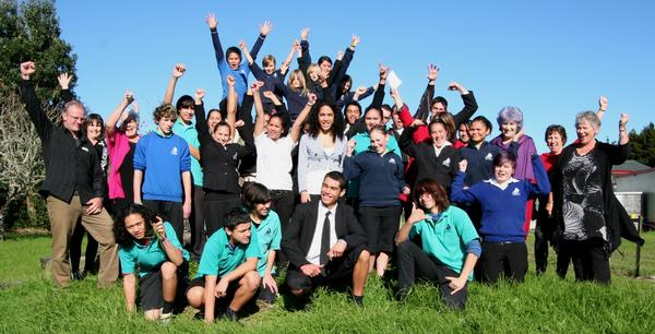 Mangakahia Area School staff and pupils celebrate their Green Gold with members of the Northland and national Enviroschools teams.